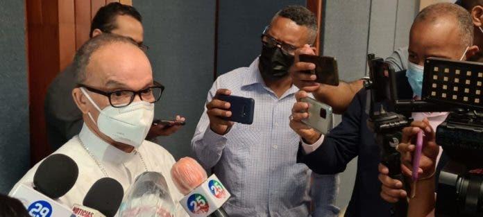 Monseñor Ramón Alfredo de la Cruz Baldera ofrece declaraciones a la prensa