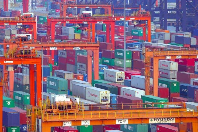 Rebrotes en un importante puerto chino provocan graves atascos de cargueros