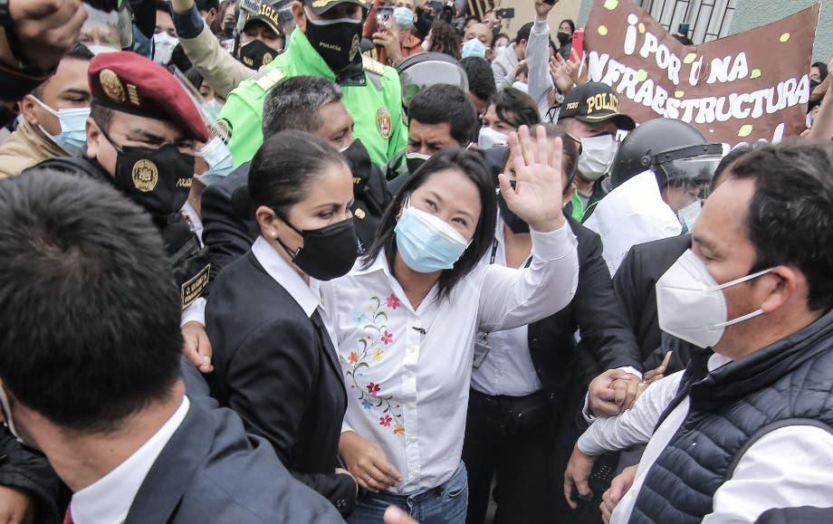 """Fujimori vota alentada por sus seguidores al grito de """"Keiko presidenta»"""