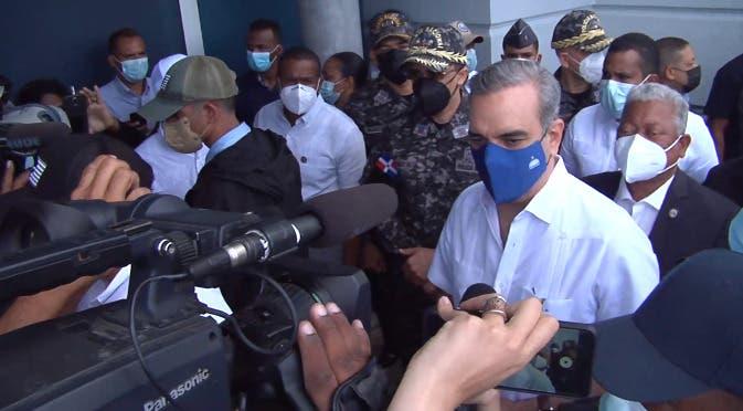Luis Abinader acude a velatorio de oficial PN murió tras intentar evitar  asalto