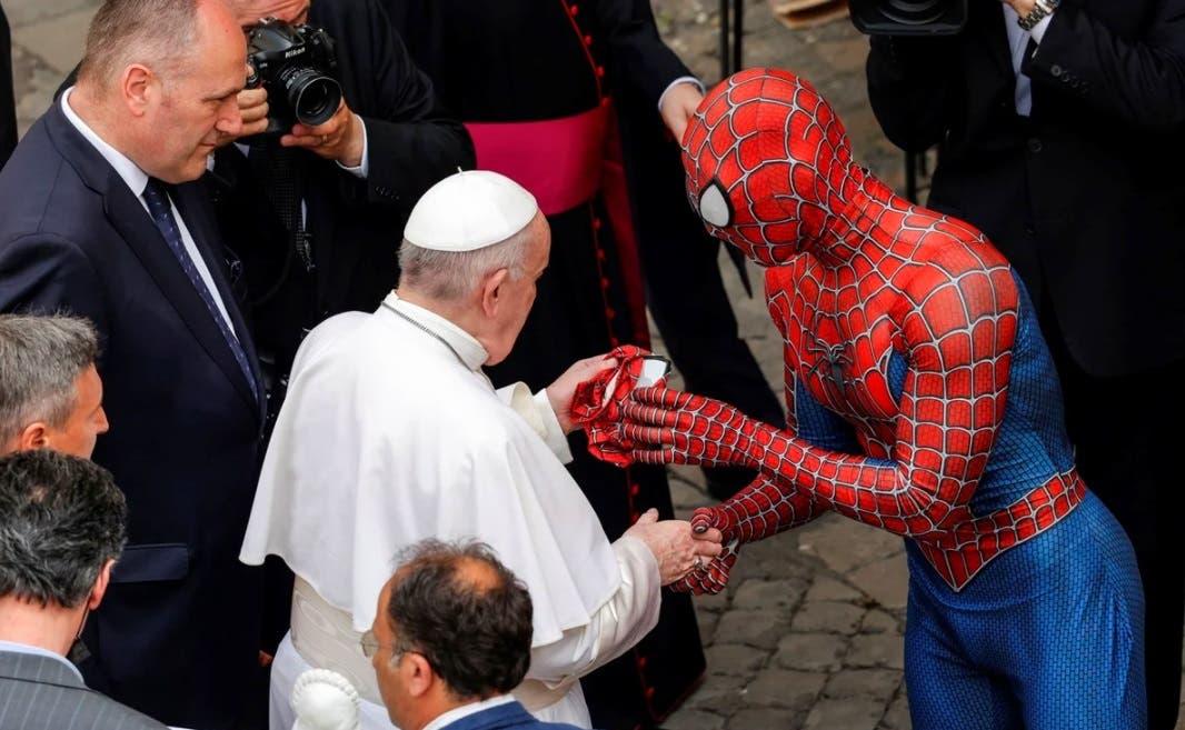 El Hombre Araña saluda al papa Francisco