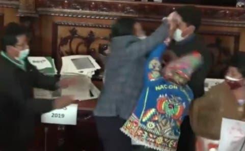 Pelea a puñetazos en Parlamento de Bolivia durante interpelación de ministro