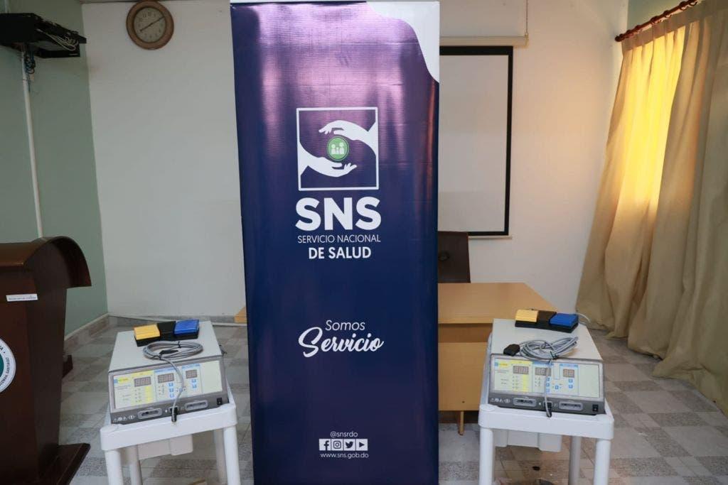 SNS entrega 17.3 millones en equipos a dos hospitales de Santiago