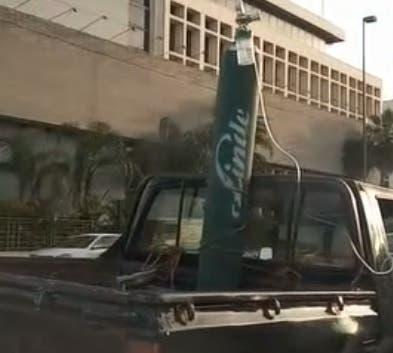 Video: Trasladan paciente con un tanque de oxígeno en la parte trasera de una camioneta