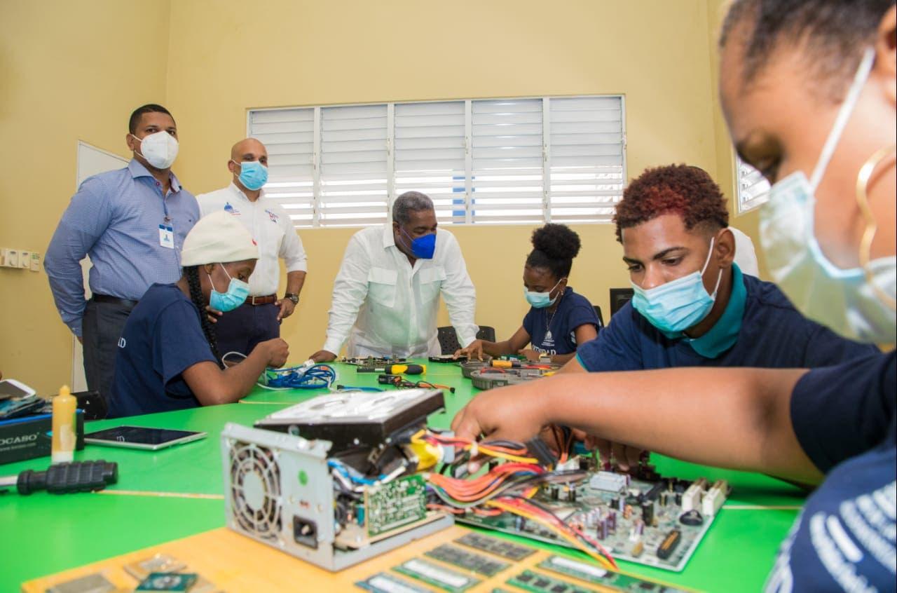 Jóvenes de Los Guaricanos reciben programa de capacitación