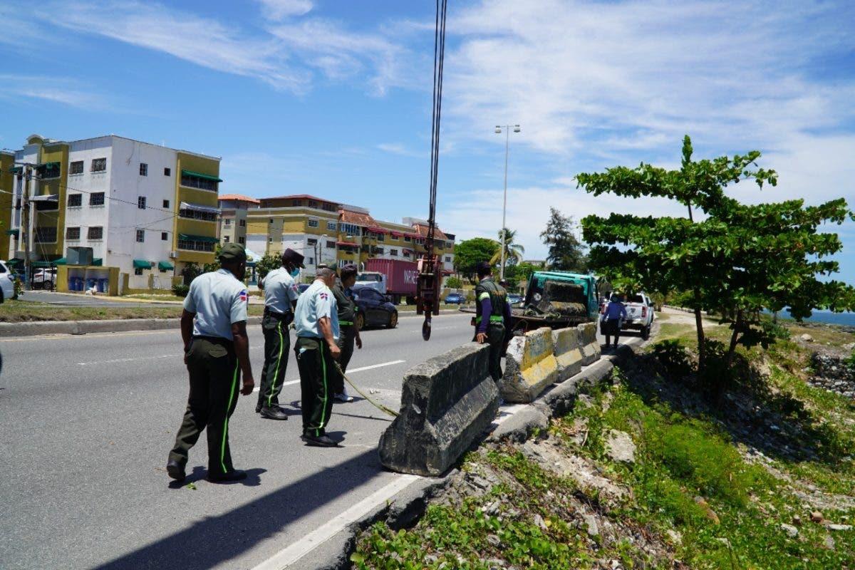 Autoridades colocan muros en el Malecón para evitar accidentes de tránsito