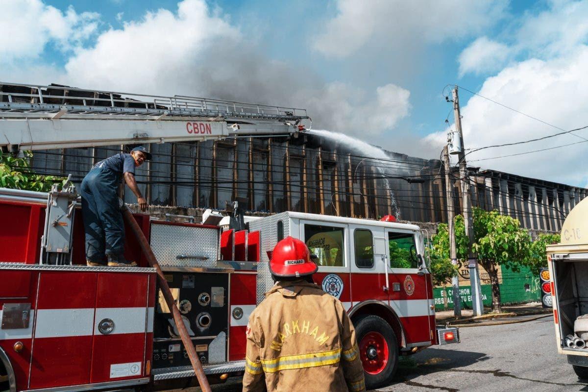 Bomberos: está controlado el incendio en fábrica de colchones La Reina del Ensanche La Fe