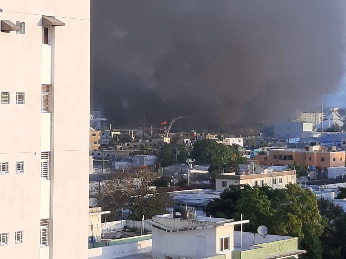 Gran humareda provoca en la ciudad capital el fuego de Colchonería La Reina