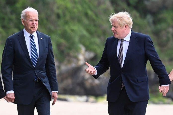 El presidente estadounidense Joe Biden camina junto al primer ministro británico Boris Johnson afuera del Hotel Carbis Bay, en Cornwall, Bretaña, previo a la cumbre del G7, el 10 de junio de 2021