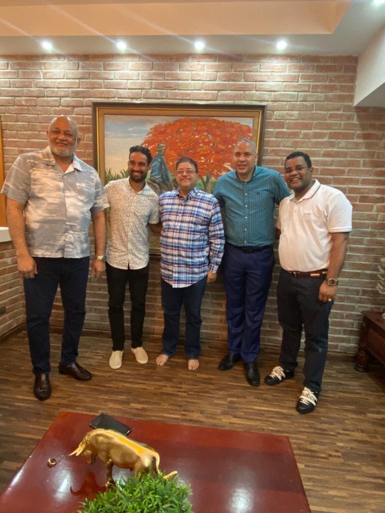 Ministro de Educación ofrece apoyo a Luguelín Santos en coordinación con el Ministro de Deportes