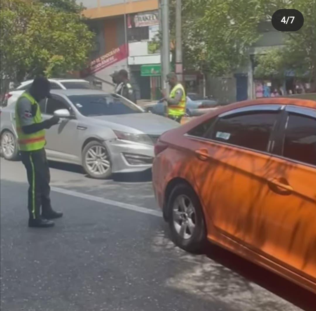 Videos: Incidente entre DIGESETT y conductor por cristal roto
