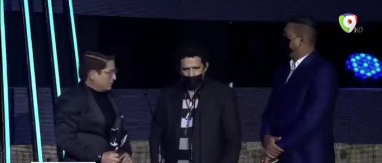 Video: Loreski, el hombre que interrumpió en los Premios Soberano para llevar un mensaje de amor explica cómo se infiltró