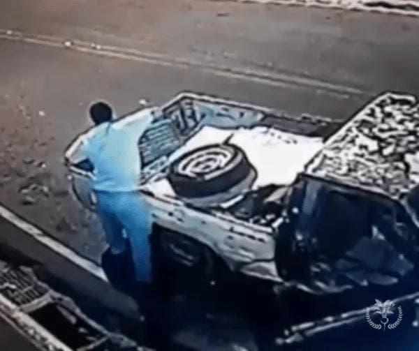 Video muestra hombre robando  parrillas de alcantarillas en Santiago