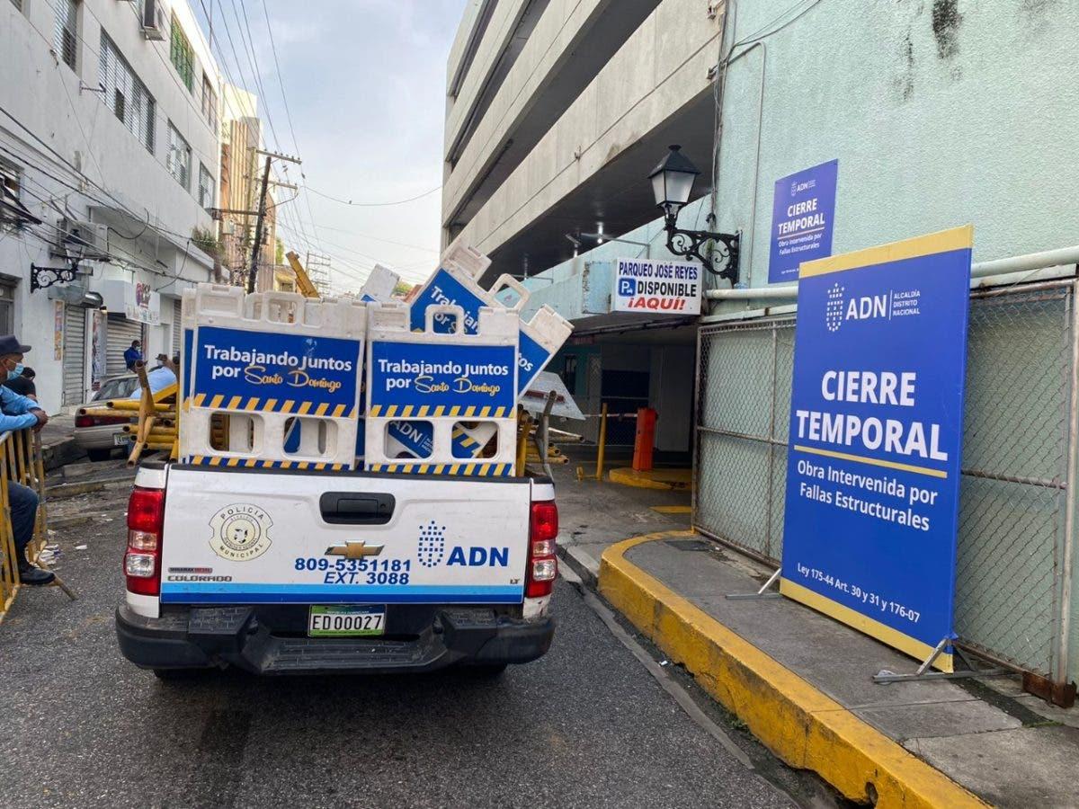 Cierran temporalmente parqueo de la José Reyes por fallas estructurales