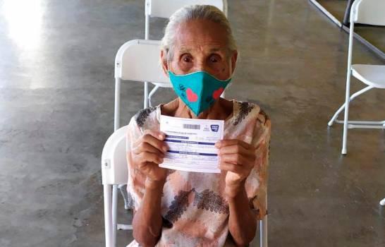 Una señora de 121 años se vacuna contra COVID en Puerto Plata