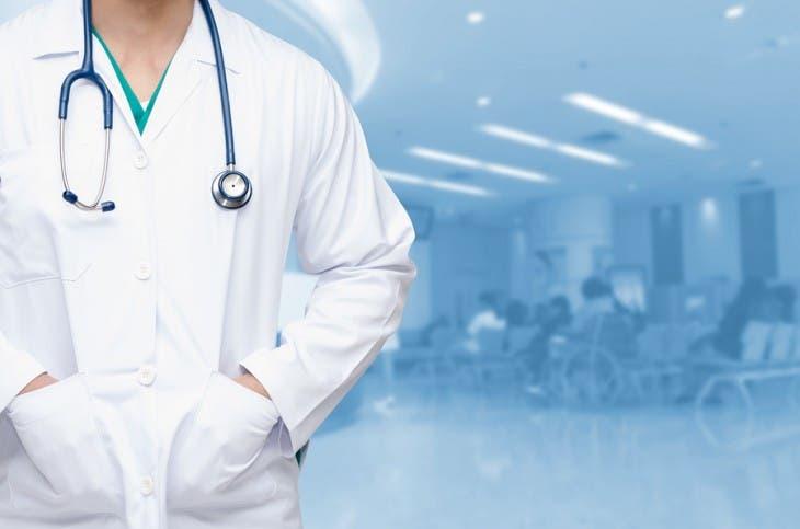 Médicos atónitos por tercera dosis; piden evidencias científicas
