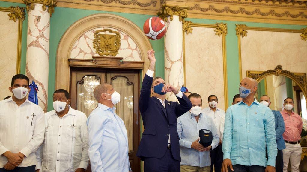 Presidente Abinader recibe campeones masculino y femenino del baloncesto dominicano