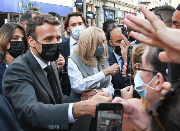 Macron mantendrá sus contactos directos con la población pese a la bofetada
