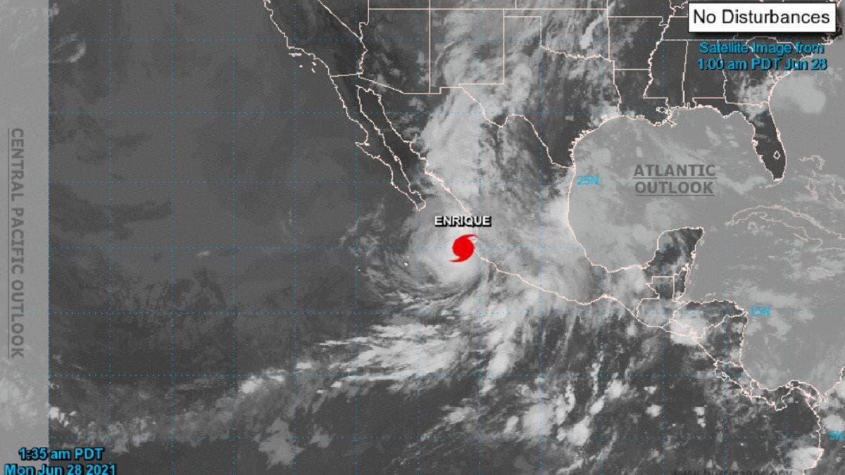 El huracán Enrique pasa junto a la costa suroeste de México