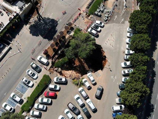 Socavón en Jerusalén: cierran parking después de tragarse varios vehículos aparcados