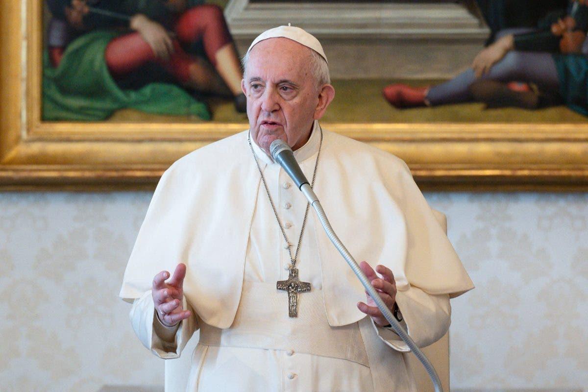 """El papa insta a Latinoamérica a vacunarse como un """"acto de amor»"""
