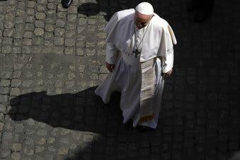 Vaticano regula grupos laicos para evitar abusos de poder