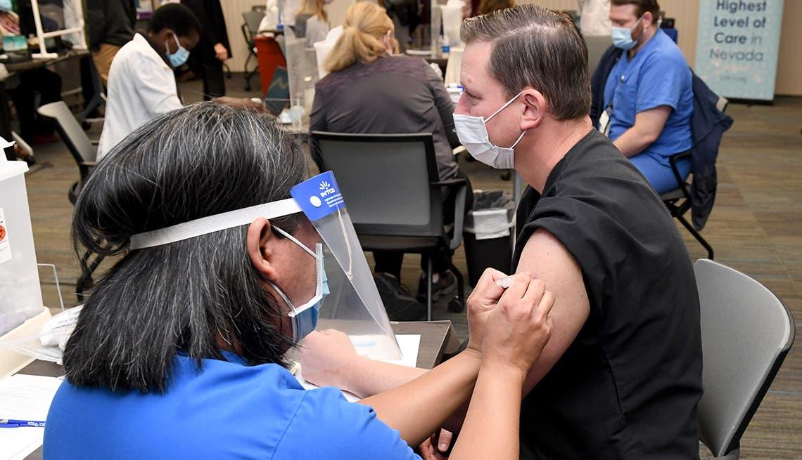 Nueva York: Empleados tendrán que vacunarse o hacerse la prueba