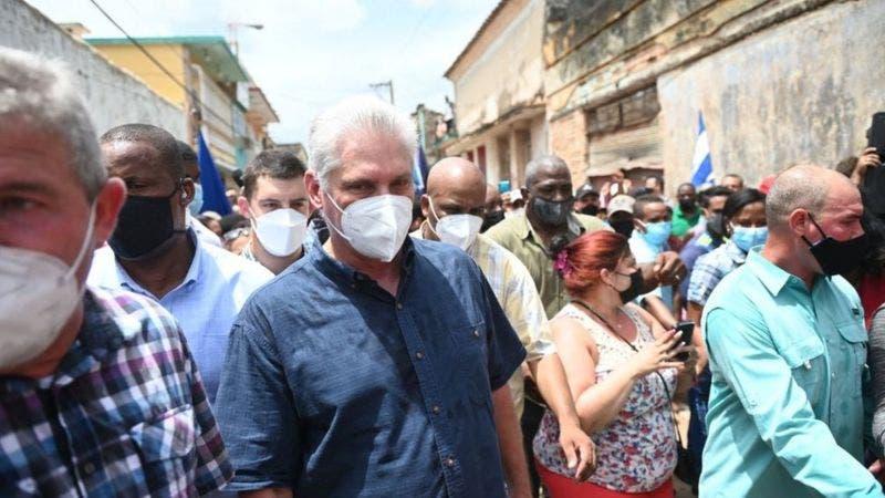 Presidente de Cuba convoca a sus seguidores a salir a las calles ante masiva protesta