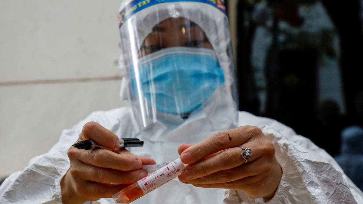 Nueva York exige a trabajadores de la salud vacunarse o hacerse test anticovid semanales