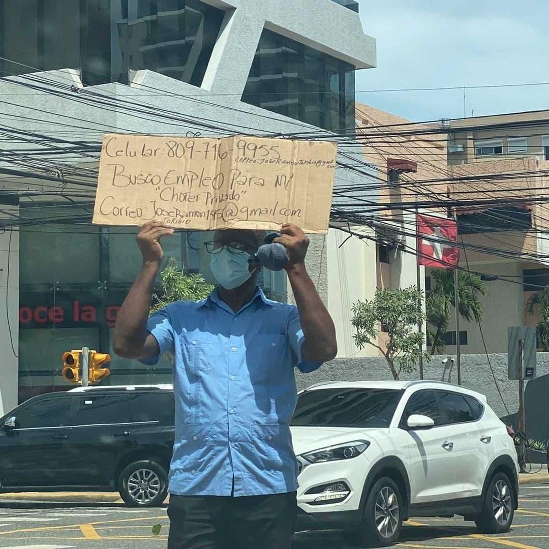 Desesperado, padre de familia sale a las calles a pedir empleo con sus datos escritos en un cartón