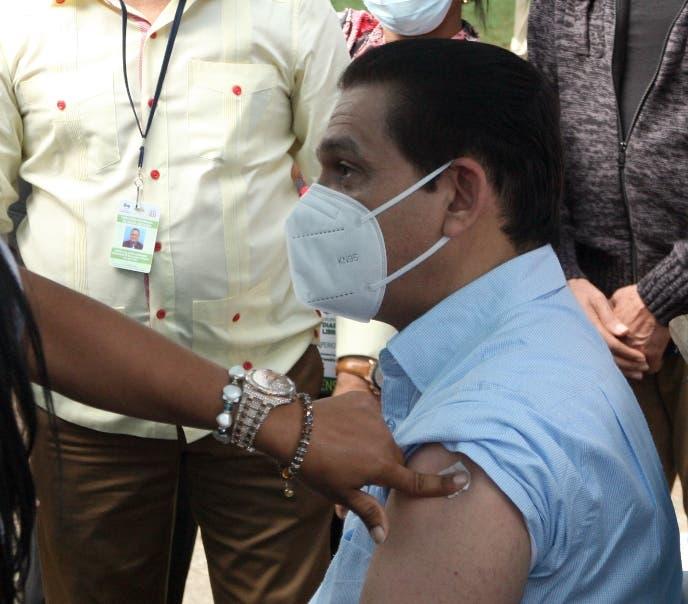 Ministro Salud recibe tercera dosis contra covid-19