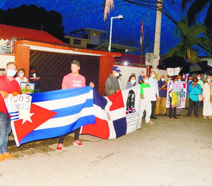 Varias organizaciones protestan    frente a la embajada de Cuba