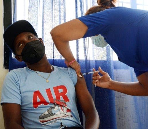 Un joven se vacuna contra el coronavirus.
