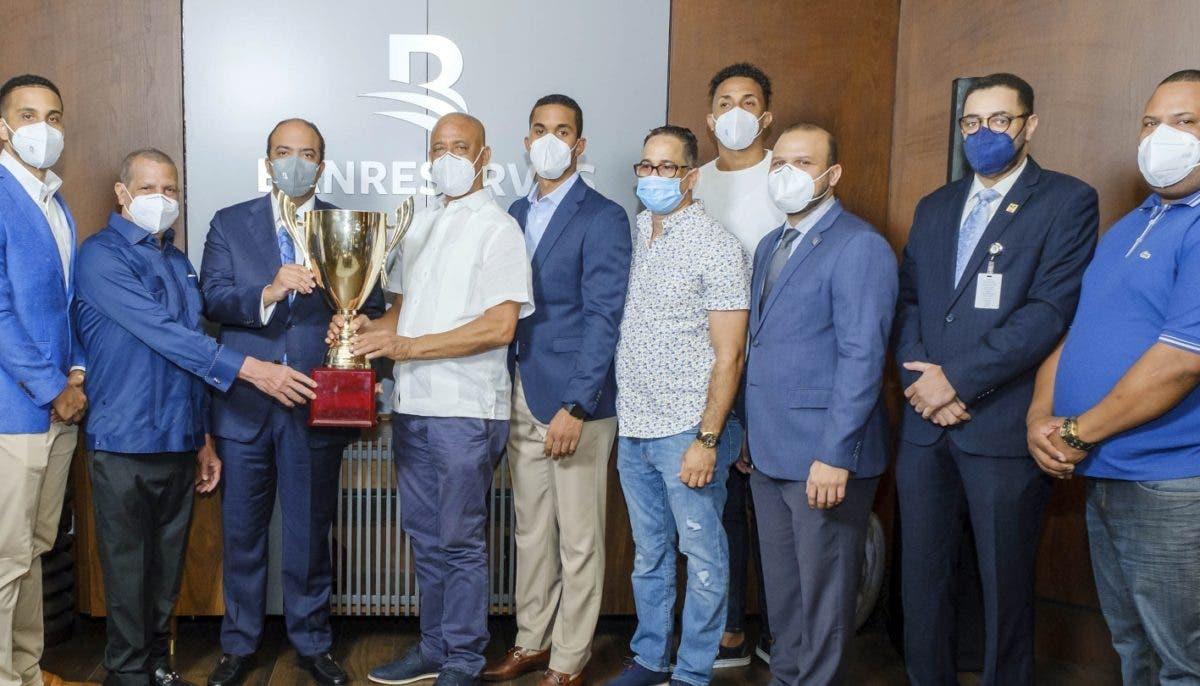 Pereyra recibe copa MB campeones  torneo baloncesto DN