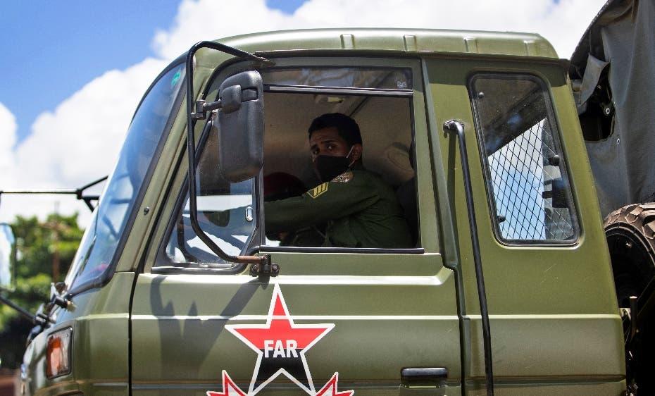 Policías y militares vigilan las calles de Cuba