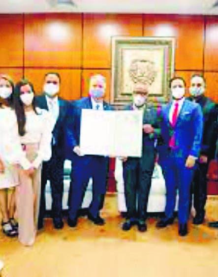 Diputados distinguen a Rubén Lara