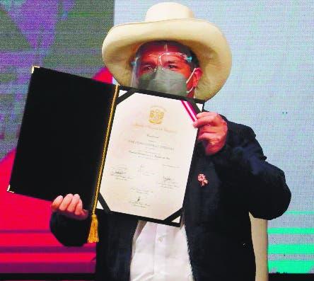 Pedro Castillo recibe credenciales y asumirá día 28 en Perú