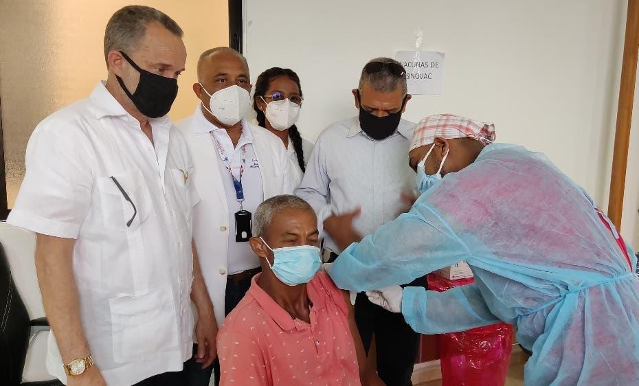 SP vacuna decenas contra el covid-19 en  Jacagua, Santiago