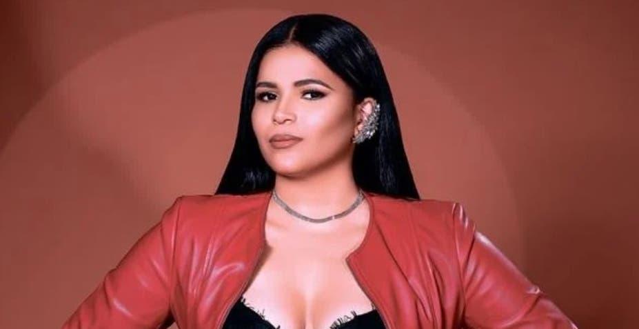 La cantante Victoria León agrega colores al merengue