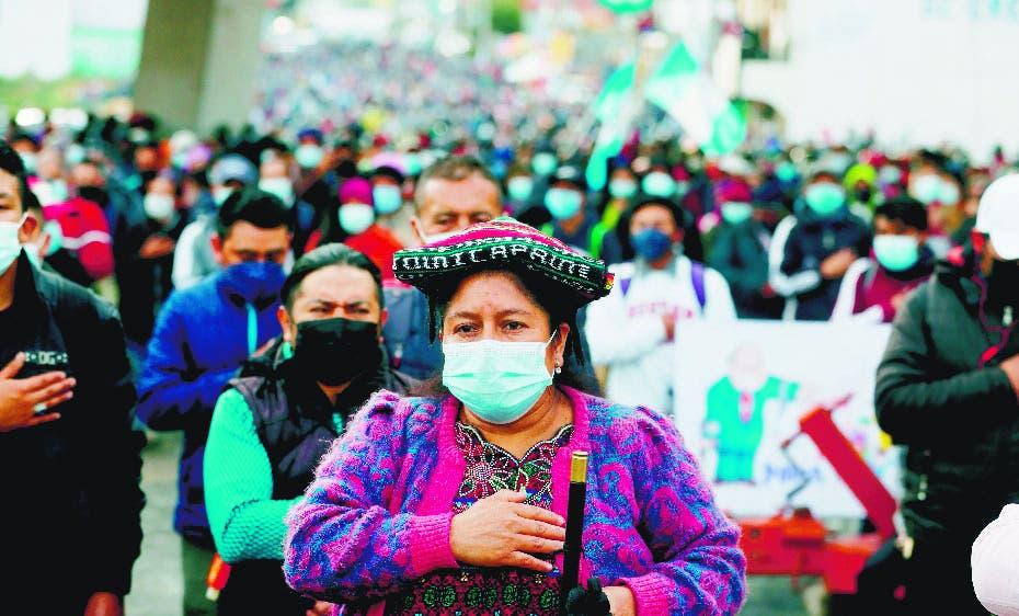 Miles protestan contra gobierno de Guatemala; bloquean carreteras