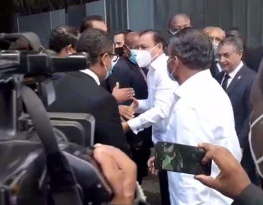 Llegada de Abel Martínez a la funeraria, para darle el pésame a Leonel Fernández