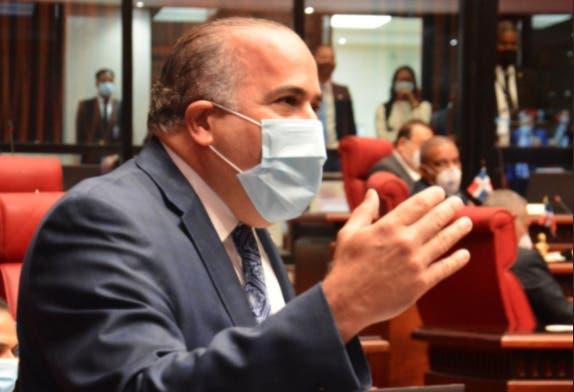Senador PRM responde al vocero PLD con entrega de placas por presunta corrupción