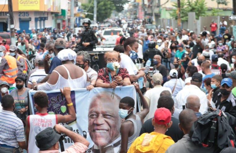 Manifestación de apoyo en recorrido de restos Johnny Ventura retrasa sepelio