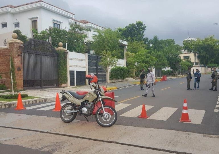 Mantienen seguridad y calle bloqueada en residencia de Luis Abinader