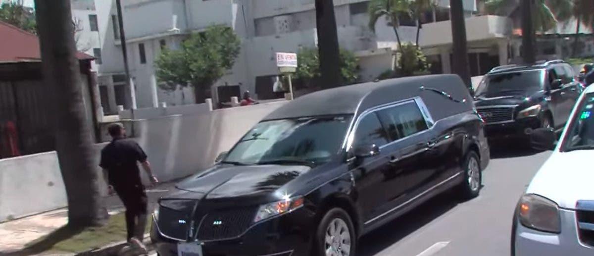 Johnny Ventura: Cortejo fúnebre se dirige hacia la Cámara de Diputados para honores
