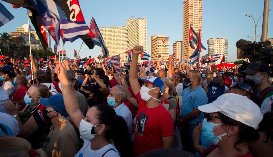 Decenas de miles de cubanos hacen mítines a favor del gobierno