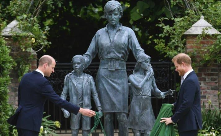 Develan estatua de la princesa Diana por su cumpleaños 60