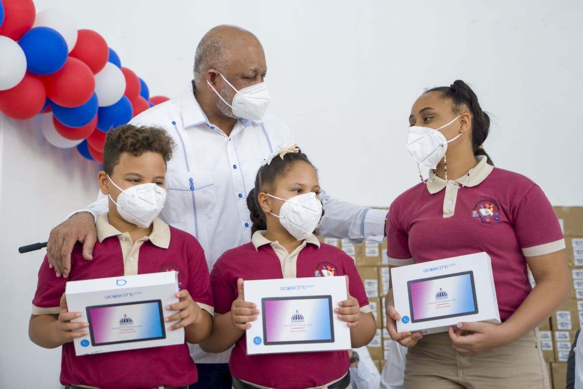 Ministro de Educación entrega 19,000 dispositivos a estudiantes de Espaillat