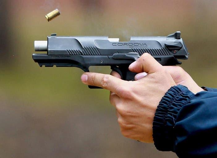 Desconocidos disparan a conductor en el Alto Manhattan; roban su vehículo