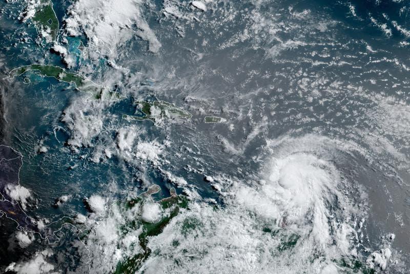 Elsa arranca techos y derriba árboles a su paso por el Caribe oriental